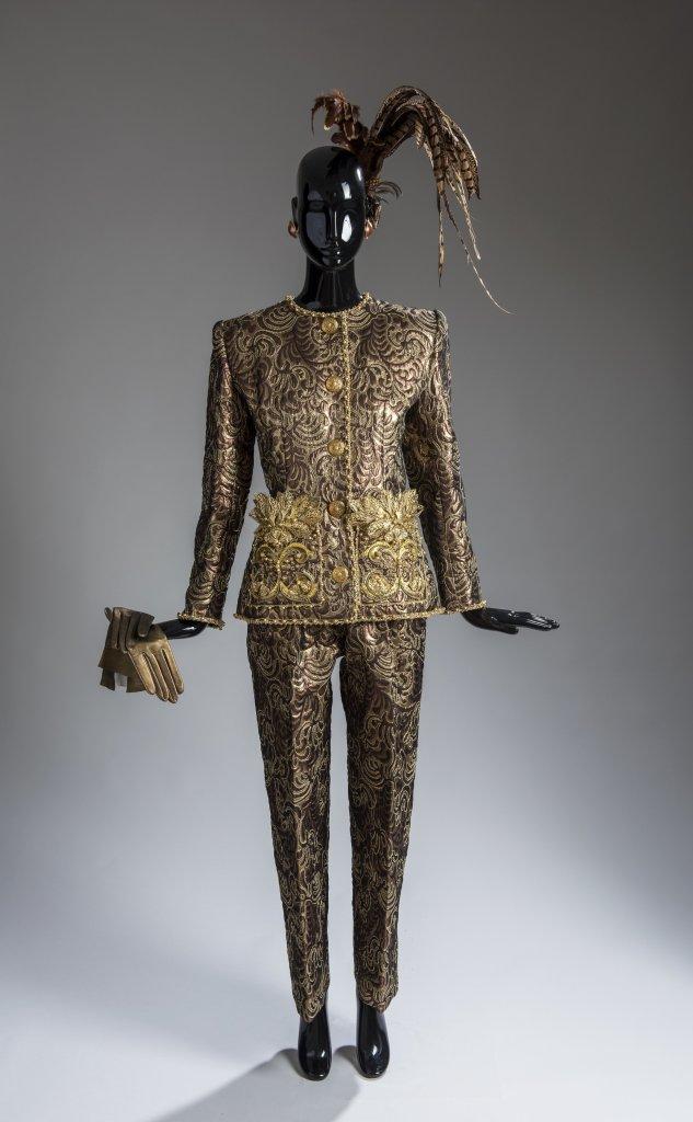 Ensemble du soir compose d'une veste et d'un pantalon en brocart lame, brode de tresses d'or et d'argent, de feuilles metalliques et perles, hiver 1990