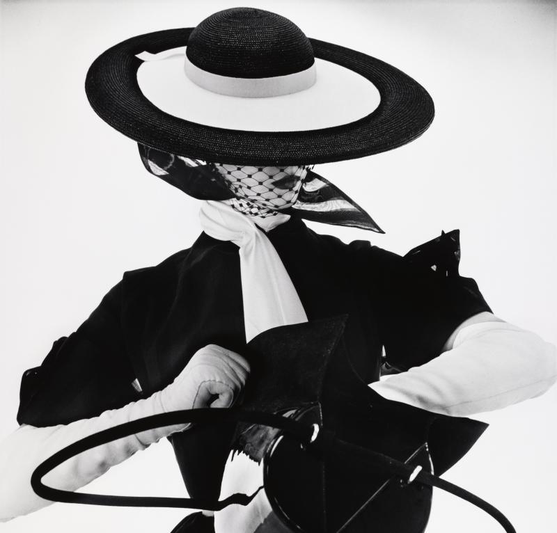 Irving Penn, Black and White Fashion wit Handbag (Jean Patchett), New York, 1950 - Exposition Irving Penn au Grand Palais