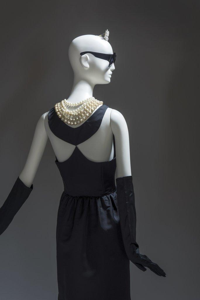 Robe fourreau du soir portee par Audrey Hepburn dans le film Breakfast at Tiffany's - Diamants sur Canape, de Blake Edwards, 1961