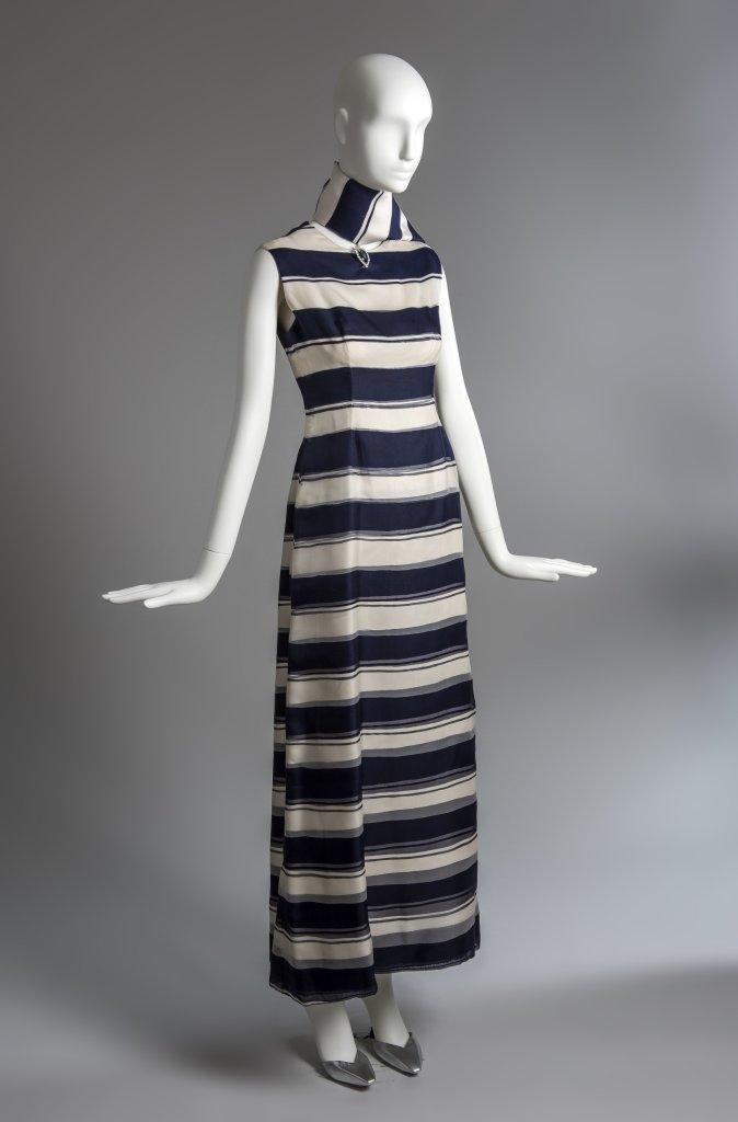 Robe fourreau en organza raye bleu et blanc et echarpe assortie, ayant appartenu a la Duchesse de Windsor, ete 1966