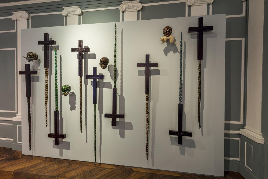 Jan fabre, Gravetomb (swords, skulls and crosses) 2000 - Exposition A poils et a Plume, L'odysee des animaux II au Musee de Flandre de Cassel
