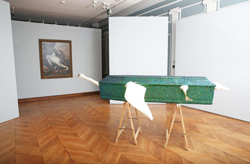 Jan fabre, Leda, engel van de dood, 2001 - Exposition A poils et a Plume, L'odysee des animaux II au Musee de Flandre de Cassel