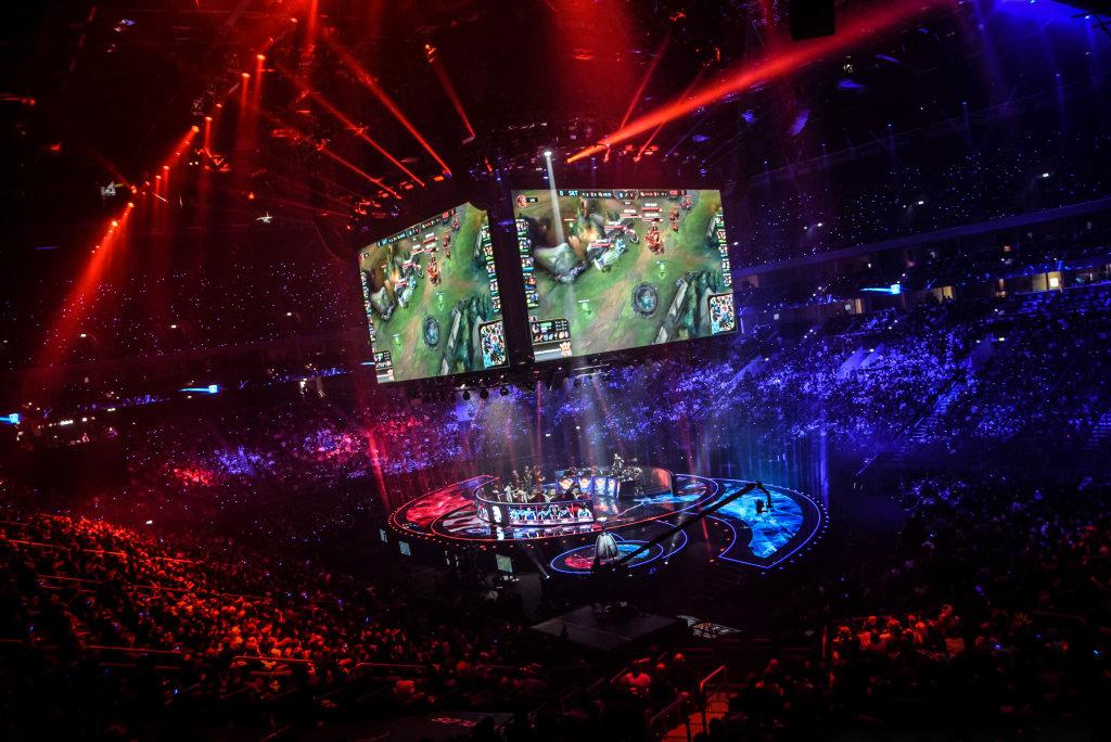 La finale du championnat mondial de League of Legends en 2015 à l'Arénade Berlin, entre les deux meilleures équipes du monde, SK Telecom T1 et ROX Tigers.. GAME, le jeu vidéo à travers le temps, Espace Fondation EDF