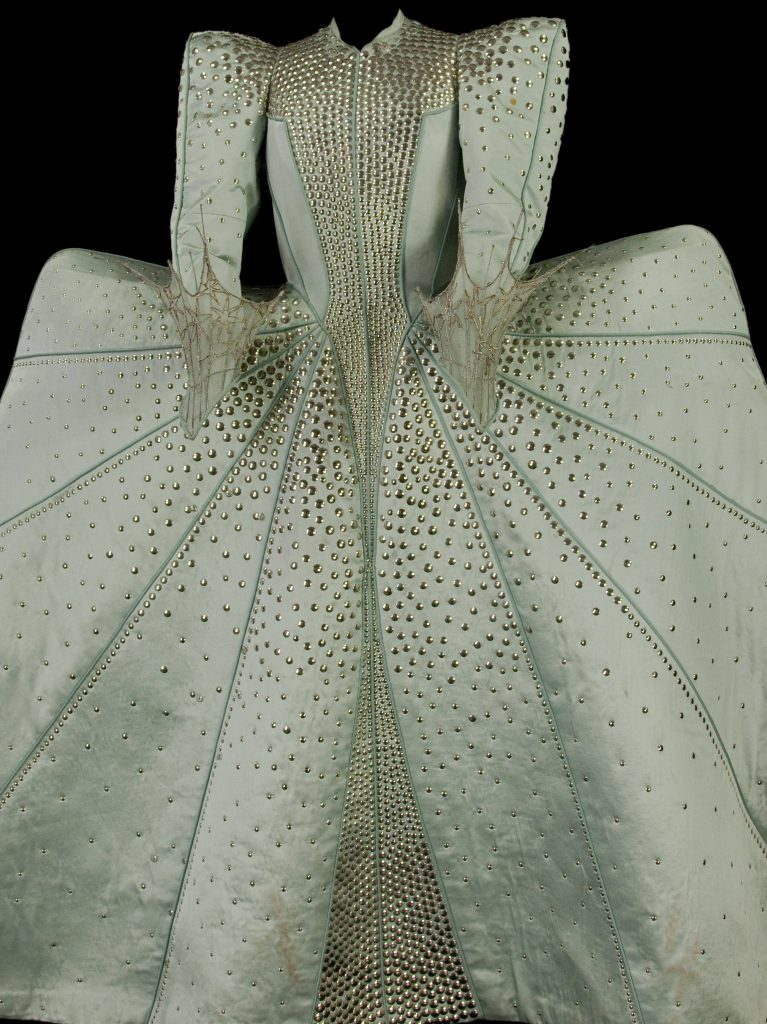 Modes! A la ville comme a la scene au CNCS de Moulins - Costume de Thierry Mugler pour le rôle de Lady MacBeth dans MacBeth de W. Shakespeare, Comédie-Française, 1985