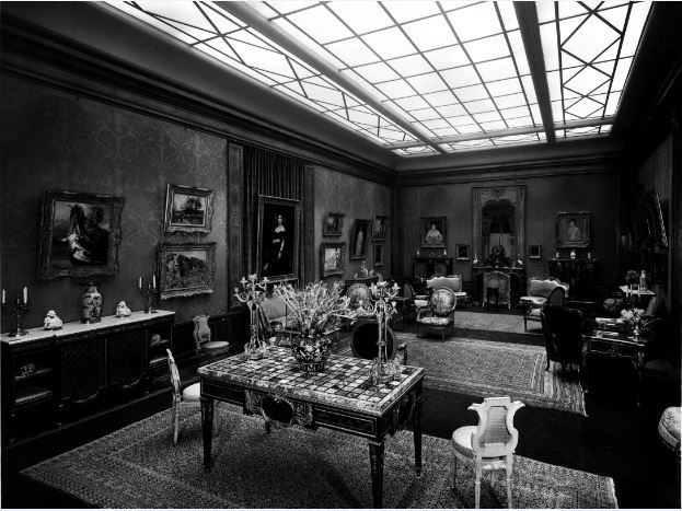 Accrochage de meubles anciens Grande Salle R - 21 rue de la Boetie au Musee Maillol