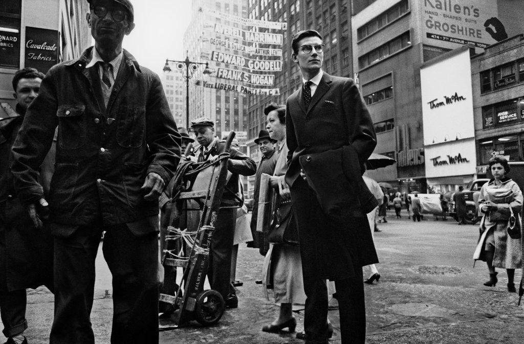 Yves Saint Laurent sur la 5e avenueNew York, 1958 - Henri Dauman - The Manhattan Darkroom - Musee Nicephore-Niepce de Chalon-surSoane