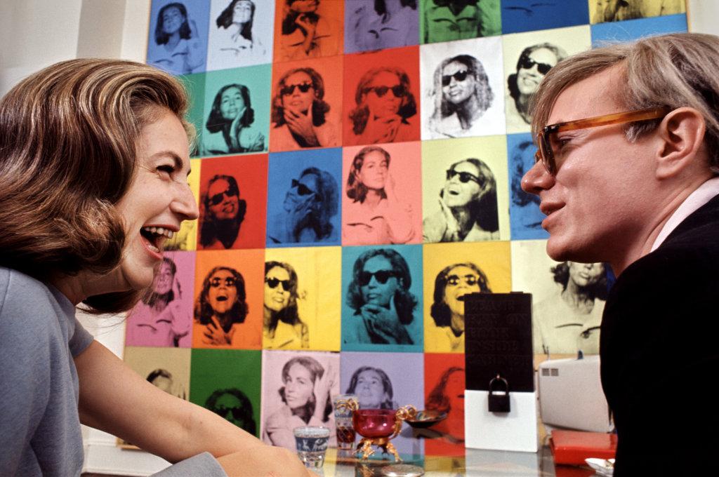 Living with Pop Art Ethel Scull et Andy Warhol devant la commande Ethel Scull 36 Times d'Andy Warhol, 1965 - Henri Dauman - The Manhattan Darkroom - Musee Nicephore -Niepce de Chalon-sur Soane