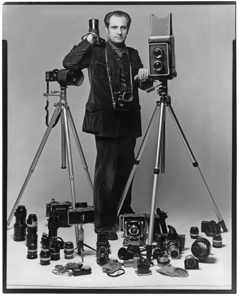 Henri Dauman Au milieu de ses appareils dans les annees 1970 - Henri Dauman - The Manhattan Darkroom - Musee Nicephore -Niepce de Chalon-sur Soane