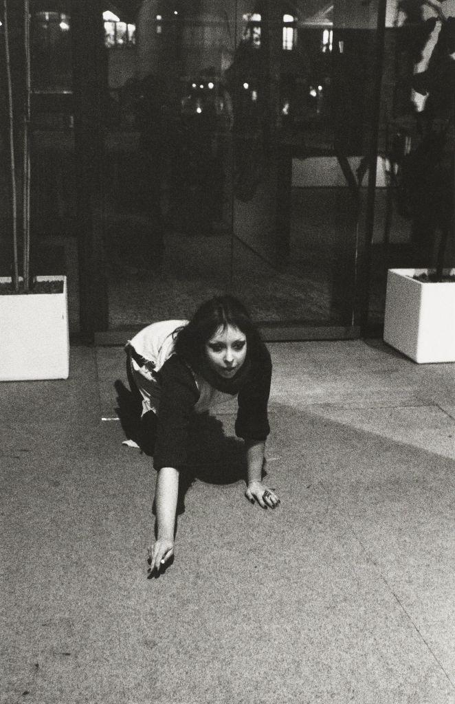 Orlan - A quatre pattes entre les 2 pots, 1977, A pied d'oeuvre(s), Monnaie de Paris