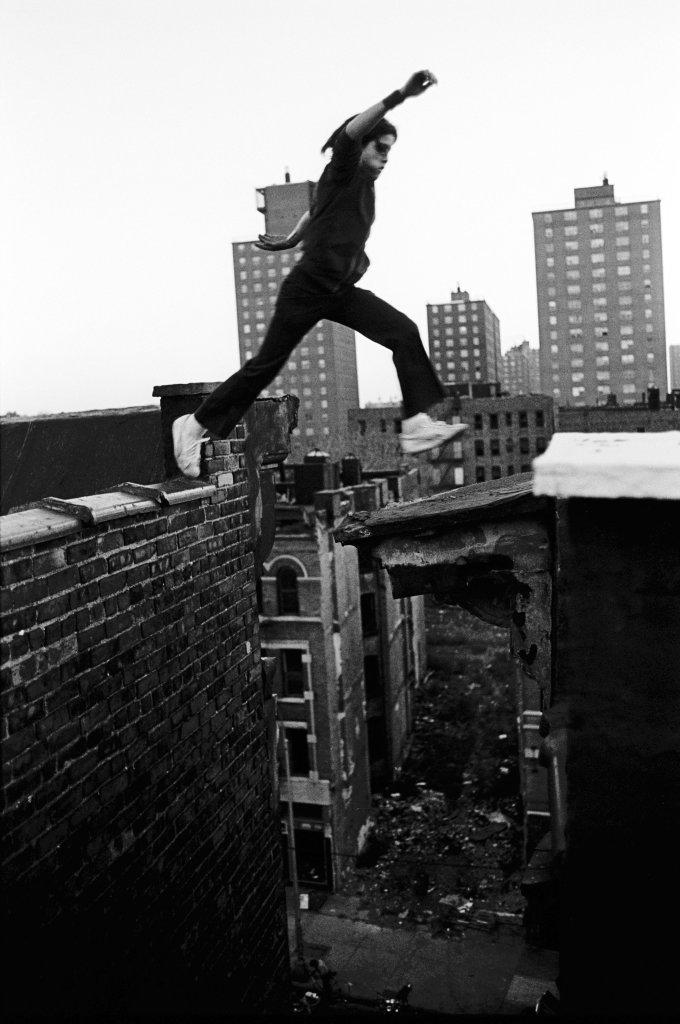 Bronx New York, 1977, Rafael jumps - Stephen Shames, une retrospective- Musee Nicephore-Niepce