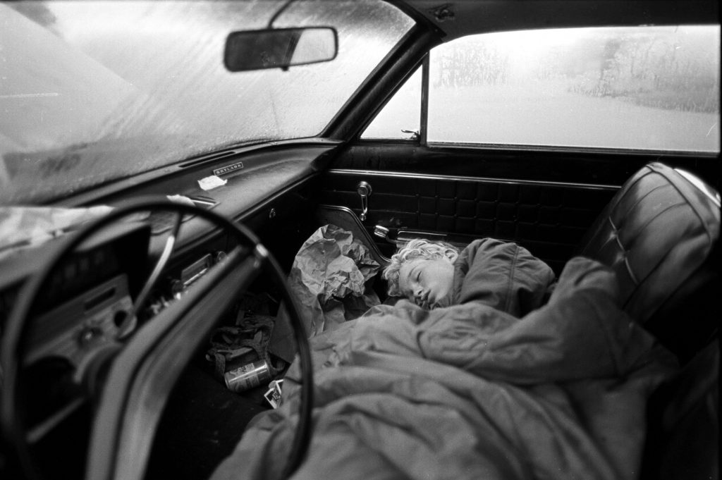 Ventura, California, USA: Homeless, 11-year-old Kevin sleeps in the front seat of the family car - Stephen Shames, une retrospective - Musee Nicephore-Niepce