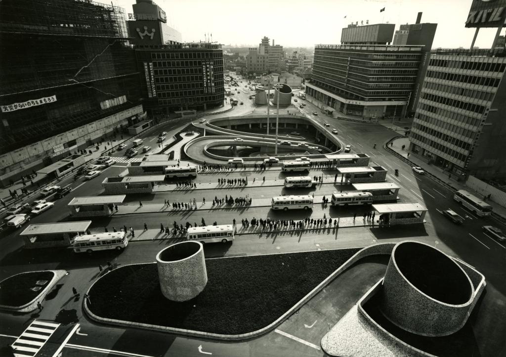 Esplanade de la sortie ouest de la gare de Shinjuku. - Une architecture pour l'homme, Junzo Sakakura a la Maison de la Culture du Japon a Paris
