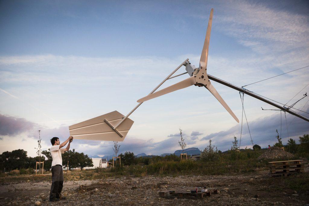 Montage d'un prototype d'eolienne domestique. Ecosite de Eurre - Exposition Empreinte au Pavillon de l'Eau