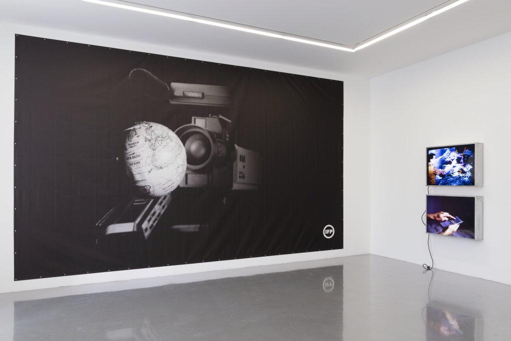 Vue de l'exposition Information Fiction Publicité à la galerie Perrotin, Paris, 2017