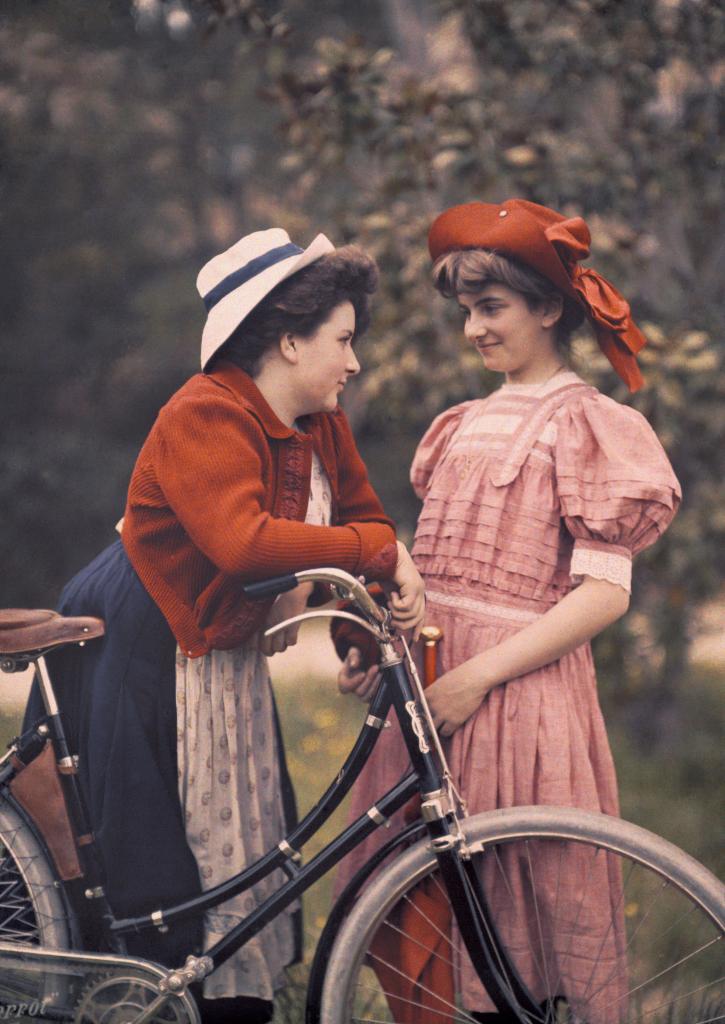 Andree Lumiere et sa cousine Madeleine en 1910 -Plaque Autochrome Lumiere. - Lumiere! Le cinema invente au Musee des Confluences de Lyon
