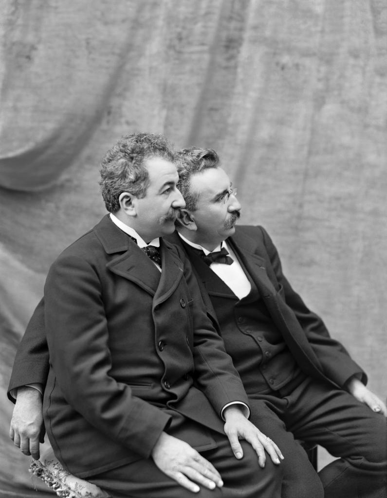 Auguste et Louis Lumiere a Lyon en 1895 - Lumiere! Le cinema invente au Musee des Confluences de Lyon