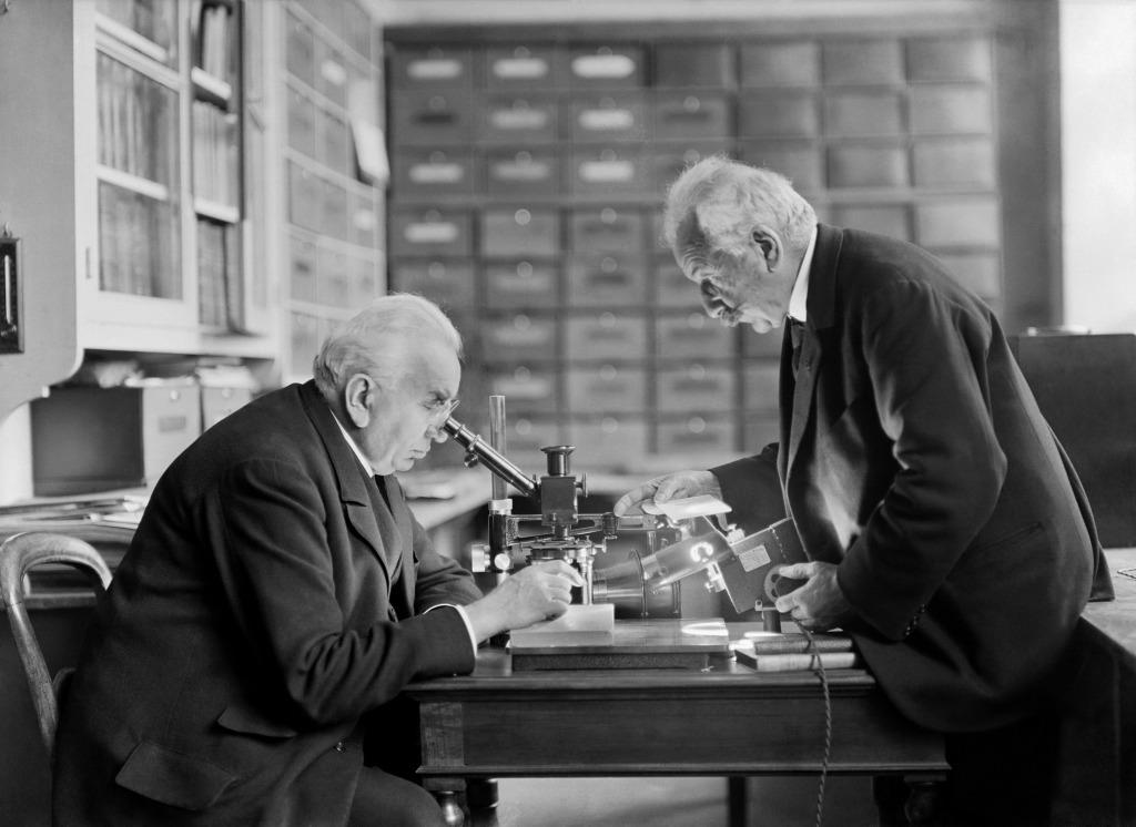 Auguste et Louis Lumiere dans leur laboratoire en 1825 - Lumiere! Le cinema invente au Musee des Confluences de Lyon
