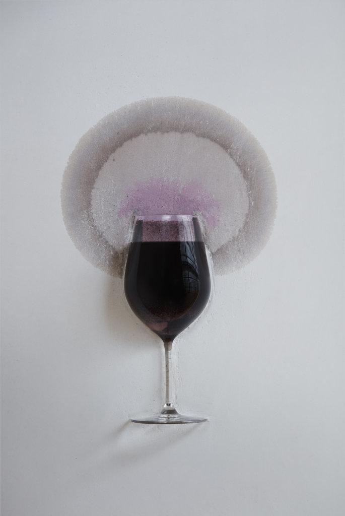 Le mur qui boit du vin Michel Blazy 2014 -Verre incrusté dans mur, vin rouge, bouteilles   Dimensions variables