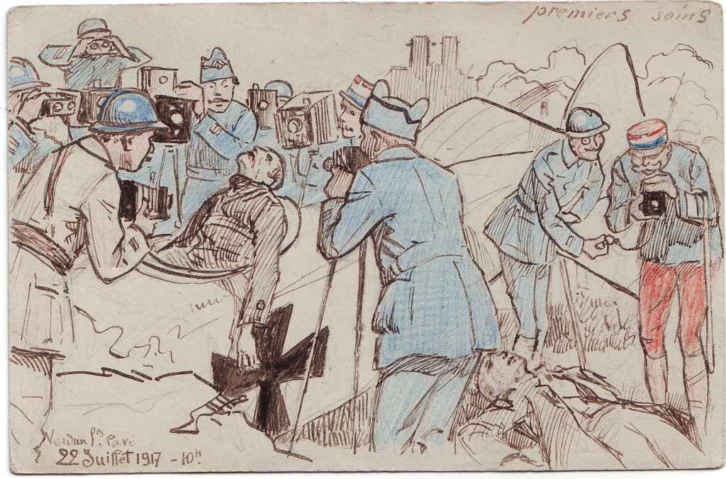 Carte aquarellee « premiers soins », caricature des photographes militaires, par Maurice Toussaint - Photographes de Guerre, Depuis 160 ans que cherchent-ils au Memorial de Verdun
