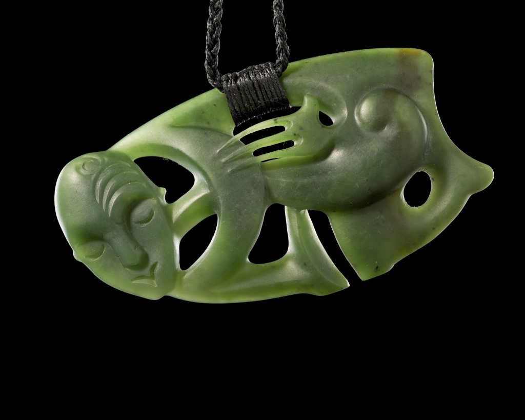 Hei tiki, pendantif en forme d'humain, 2008 - Pierre Sacree des Maoris au Musee du Quai Branly - Jacques Chirac