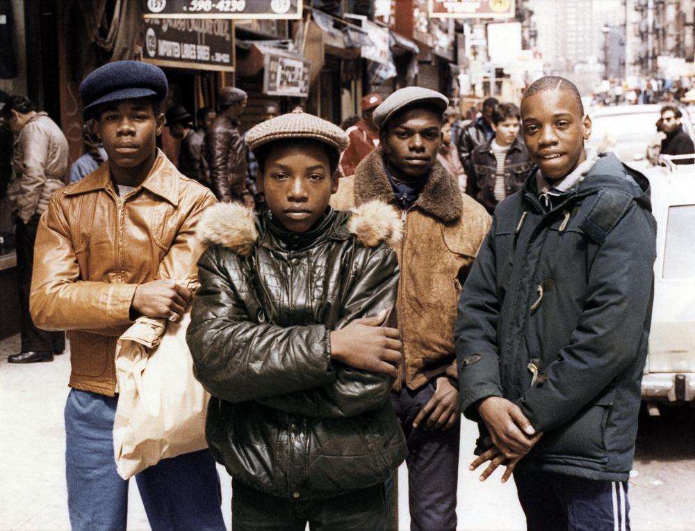Quatre jeunes garçons dans la rue (debout)