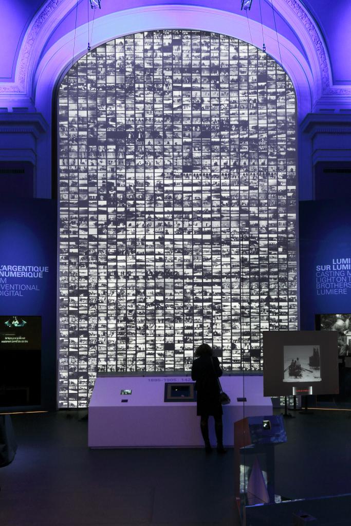 Mur des 1422 films - Lumiere! Le cinema invente au Musee des Confluences de Lyon