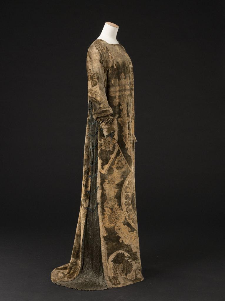Mariano Fortuny, Robe Delphos en soie vert bronze, cordonnet en soie noire, perles en verre couleur ambre - vers 1912-1919