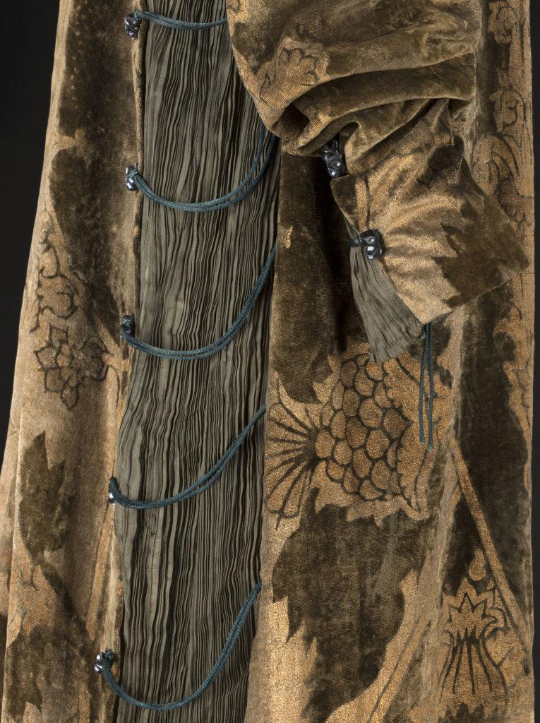 Mariano Fortuny, Robe Eleonora - velours de soie vert imprimé or, toile de soie plissée verte, cordonnet de soie verte - vers 1912