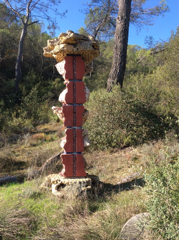 Bernard Pagès, Colonne dite La Vieille Dame, 1981, pierres de rocaille enduites, béton coloré, bois calciné,