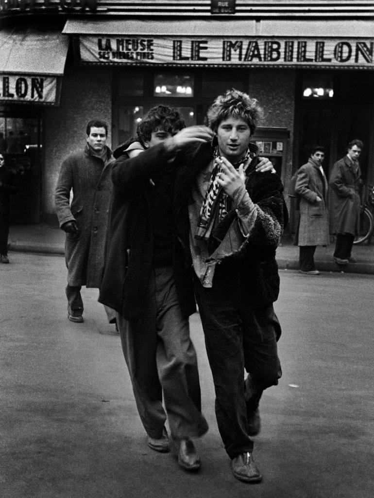 Ed van der Elsken, Jean-Michel Mension (Pierre ) et Auguste Hommel (Benny) devant le Mabillon, Paris , 1953Nederlands Fotomuseum Rotterdam