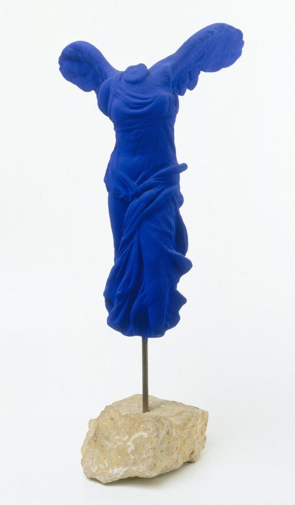 Yves KLEIN (1928 –1962) Victoire de Samothrace (S9) Oeuvre créée en 1962 – Multiple posthume de 228 exemplaires, 1973Edité par la Galerie Flinker - Paris en 1973 Pigment pur et résine synthétique sur plâtre, socle en pierre Edition # 81/175 Collection Jean Gérard Bosio