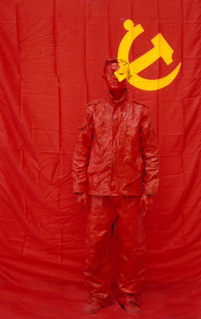 Liu Bolin, Hiding in the City 43, In Front of the Party's Flag I, 2006 - Liu Bolin, Ghost Stories à la Maison Européenne de la Photographie