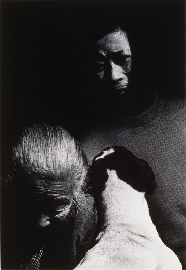 Shomei Tomatsu Madame Katao, sa mère et son chien, 1961 De la série « Nagasaki »