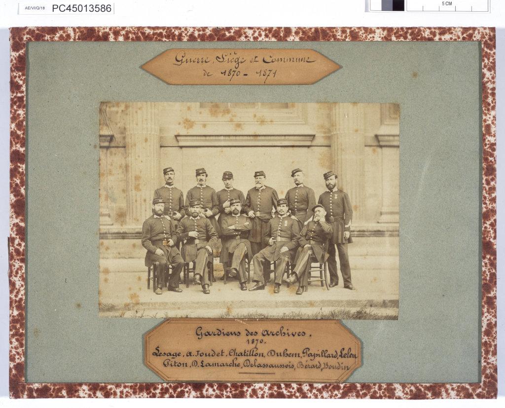 Portrait de groupe du service de sûreté instauré aux Archives nationales durant la guerre contre la Prusse, le siège de Paris et la Commune. 1870-1871, Exposition Chaos, Archives Nationales