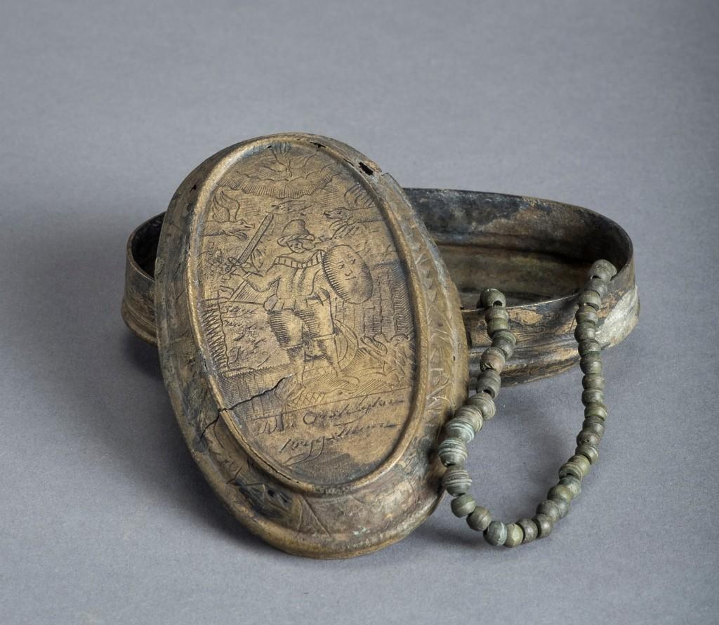 Boîte à tabac réemployée en boite à chapelet, épave Port de l'Amirauté 1, supposée Vengeur, XVIIIe siècle - Exposition Secrets d'épaves, 50 ans