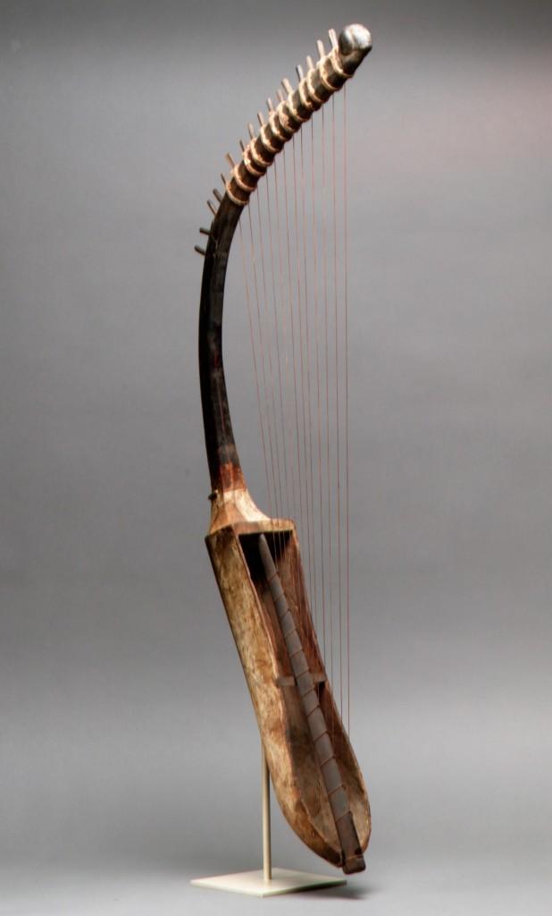 Harpe arquée portative couronnée d'une tête sculptée Égypte, 1550-1295 avant J.-C., Musique ! Louvre Lens