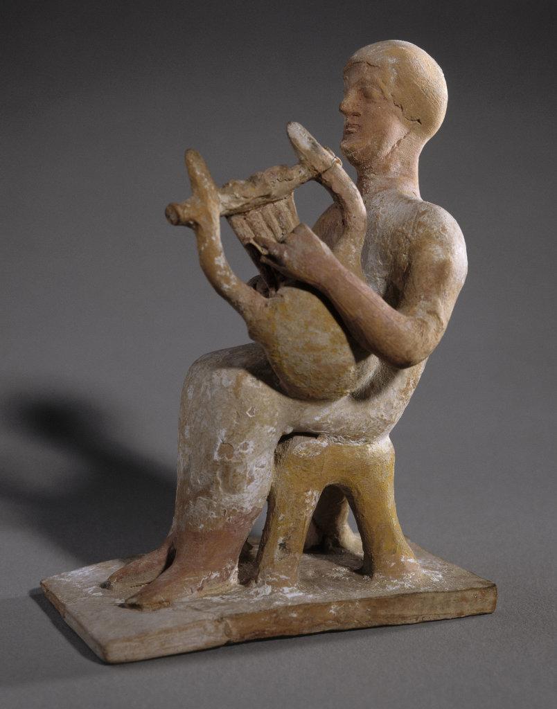 Figurine béotienne : joueur de lyre Thèbes (Grèce)Vers 525-500 avant J.-C., Musique ! Louvre Lens