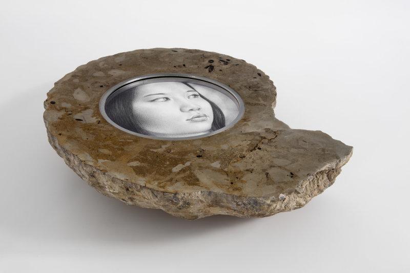 L'artiste italien Andrea Romano grave le dessin dans la pierre en intégrant ses portraits au cœur de fossiles.