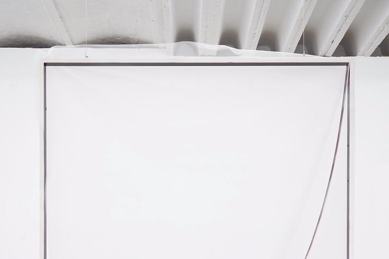 Antoine Donzeaud utilise le tableau comme un médium d'expression en lui-même. Il le découpe, le déchire, le recouvre de bâches et de courbes, et décortique le processus de création en quête d'une origine perdue.