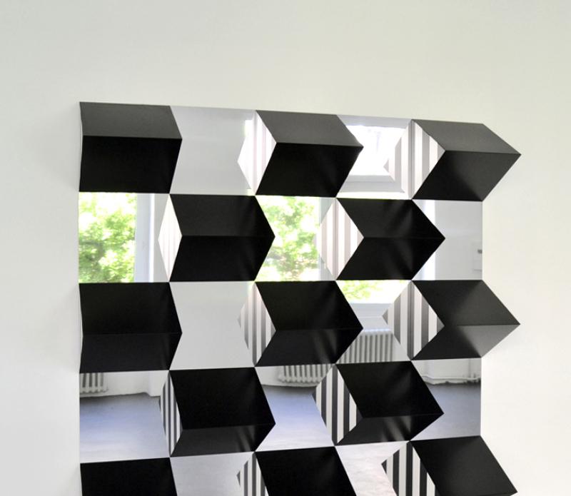 Connu et reconnaissable par son utilisation de bandes verticales colorées, les fameuses rayures, Daniel Buren est avant tout un artiste d'espace. Il souhaite, selon ses termes, travailler « in situ ».
