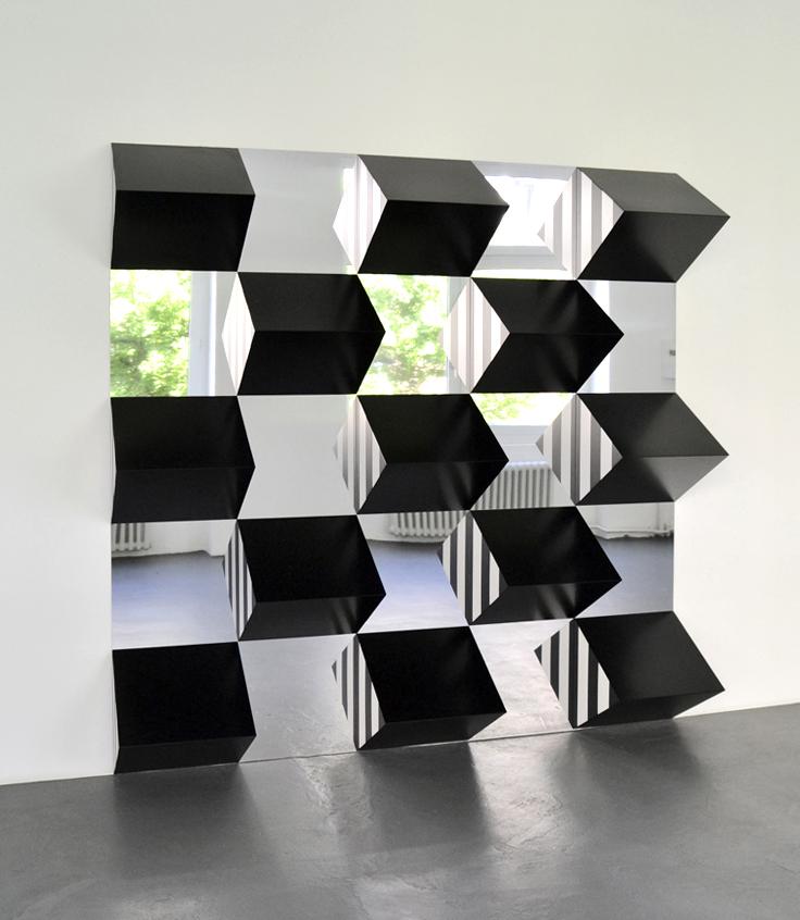 Daniel Buren, Polychromes Hochrelief Tableau (schwarz weiss rot), 2017 // Prix : 150 000 € (Konrad Fischer Galerie)