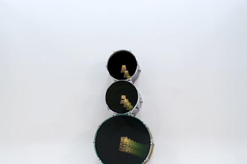 La lumière est le matériau de base d'Iván Navarro qui détourne des objets en sculptures électriques et transforme l'espace par des jeux d'optique.
