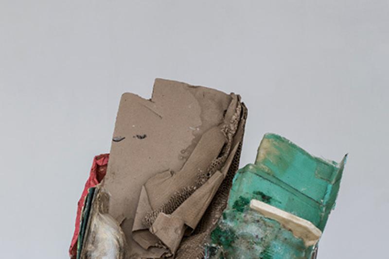 Peter Buggenhout crée des objets énigmatiques, assemblages de matériaux amorphes comme ici avec un estomac de vache, du polyester, du bois, du métal et de la peinture. Comme un héritage de l'humanité misérable.