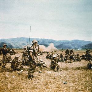 1952- Le colonel Moneglia installe son émetteur radio lors de l'opération « Lorraine », Guerre d'Indochine, Studio Willy Rizzo