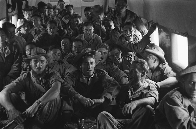 Les soldats de Linares survolent en chantant la D.C.A du VietMinh dans un Bristol réquisitionné sur l'ordre du Maréchal de Lattre de Hanoï à Na Sam, 1952, Guerre d'Indochine, Studio Willy Rizzo