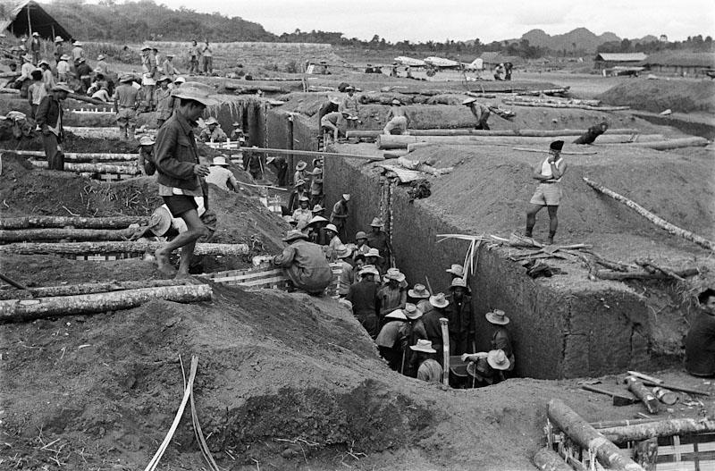 Les tranchées. Au cœur de la bataille du Tonkin, on appelle déjà Na Sam le Verdun d'Indochine, 1952 Guerre d'Indochine, Studio Willy Rizzo