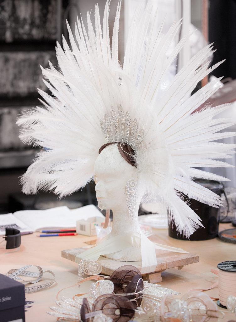 Coiffe en plumes, atelier modiste. Opéra national de Paris Bastille