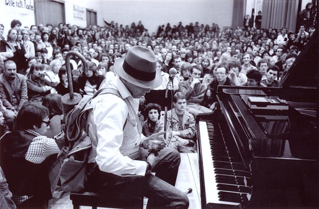 oseph Beuys lors d'une performance Fluxus à la Kunstakademie de Düsseldorf, 1978, Dusseldorf mon amour, CCCOD