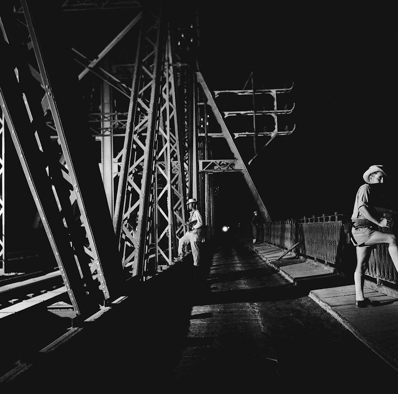 Hanoï couvre-feu. Surveillance sur le pont Doumer, Guerre d'Indochine, Studio Willy Rizzo