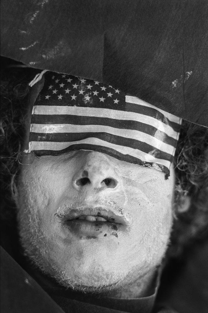 Protestataire les yeux couverts par la bannière étoilée américaine, 30e Convention Républicaine Miami, 1972, Un français à New-York, Galerie de l'Instant